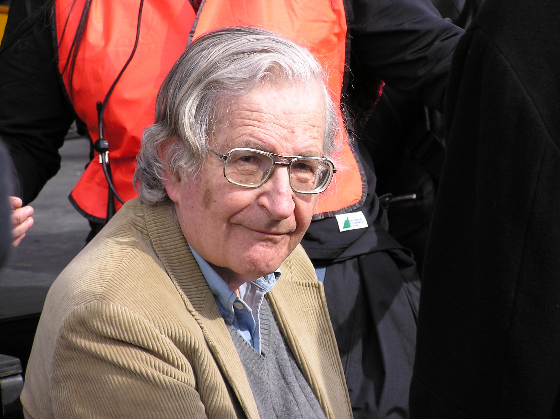 Intelectuales encabezados por Noam Chomsky apoyan a estudiantes chilenos