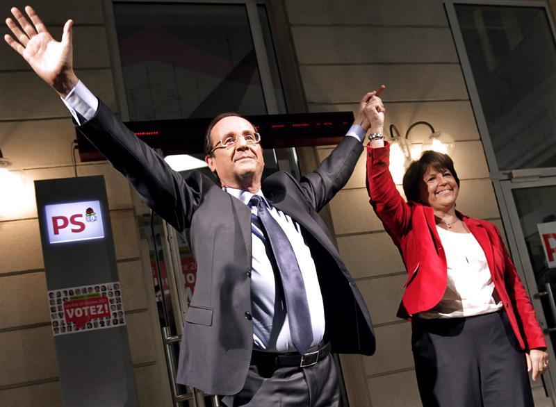 Hollande se impone a Sarkozy y se convierte en favorito para presidir Francia