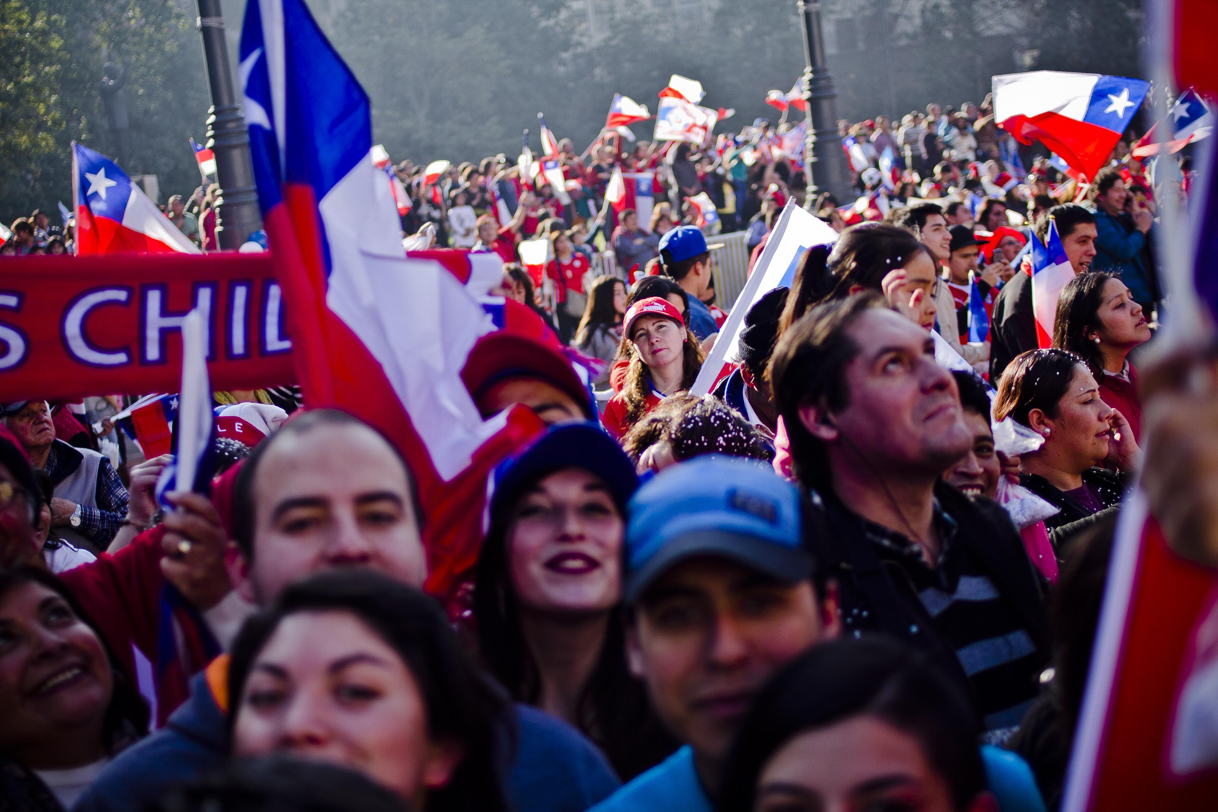 Hinchas esperan a la selección chilena en la Plaza de la Constitución