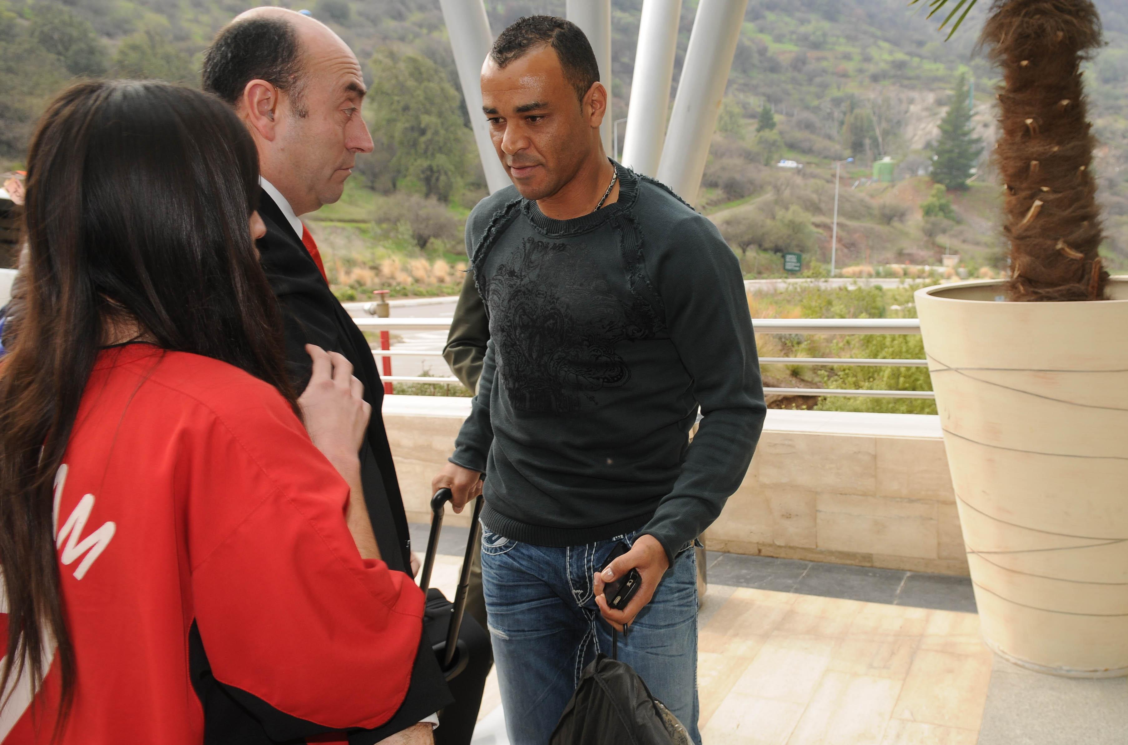 Cafœ recibe el cari–o de los chilenos en su ingreso al hotel Monticello.