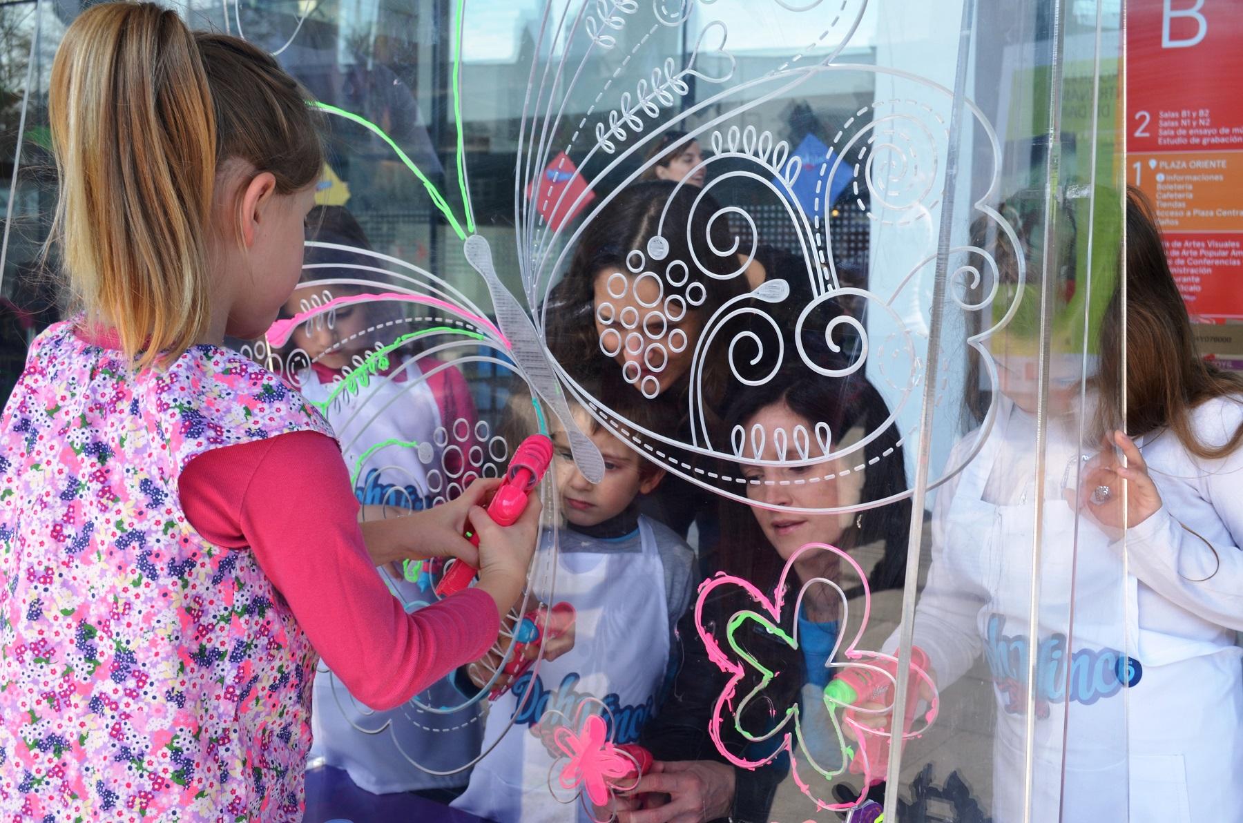 Antonia Zegers y Matilde Burgos Pintando juntos a sus hijos con Doh Vinci