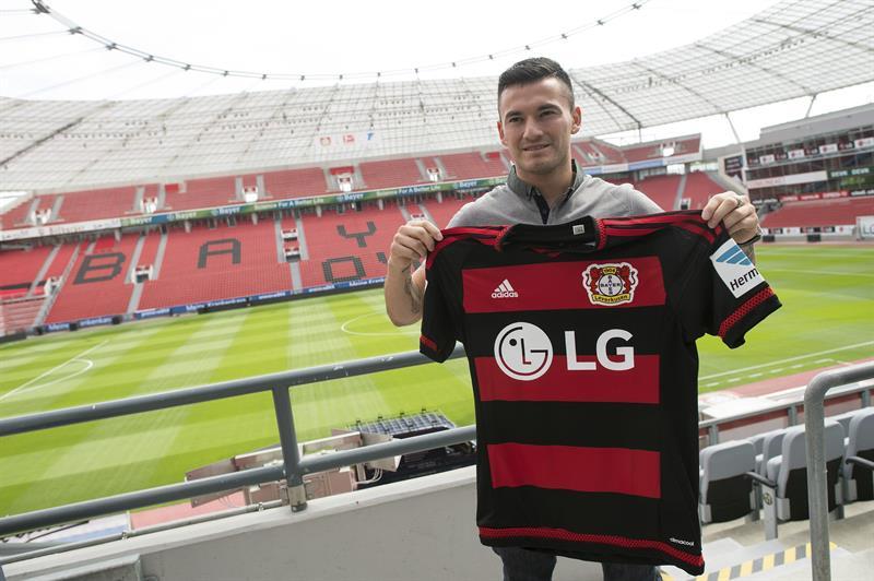 FOTO   Los conmovió a todos: Plantel de Leverkusen le dedicó el triunfo a Charles Aránguiz