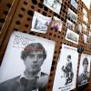 Construcción de un mural fotografico en el frontis del GAM exigiendo la verdad y justicia para Rodrigo Rojas de Negri