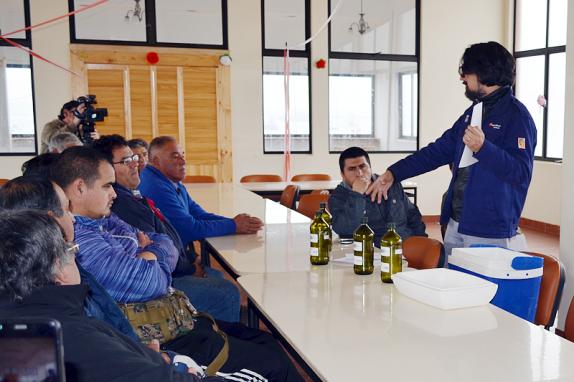 Marcelo Baeza, biólogo marino de Refinería Aconcagua –de Enap-, instruyó e hizo demostraciones prácticas para la toma de muestras   ENAP
