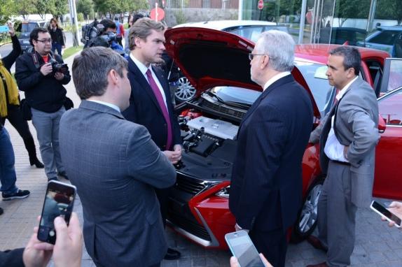 Durante el lanzamiento de Topten Chile, el ministro de Energía, Máximo Pacheco, revisa uno de los vehículos eficientes exhibidos.