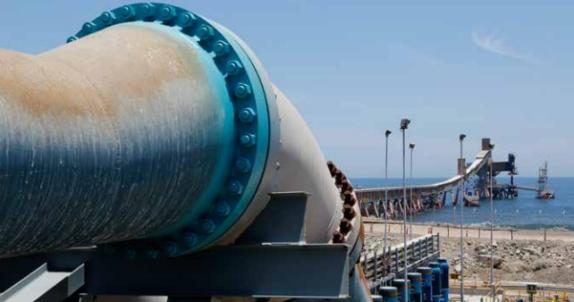 Extracción de agua de mar en muelle de la minera Centinela.