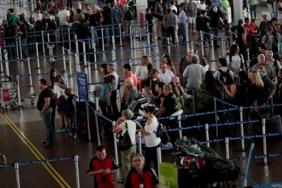 Madre abandonó a su hijo de 10 años en Aeropuerto de Santiago