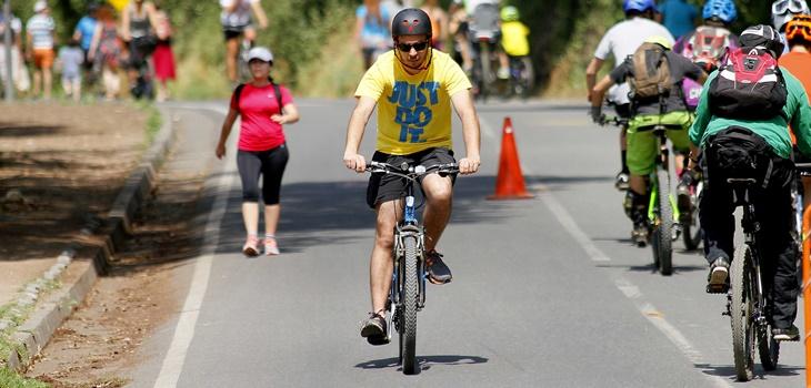 Bicis eléctricas en Chile: el nuevo emprendimiento que ayuda a turistas de la tercera edad