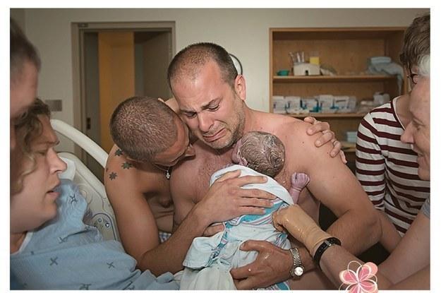 Conmovedora imagen de dos padres homosexuales es utilizada en campañas homofóbicas