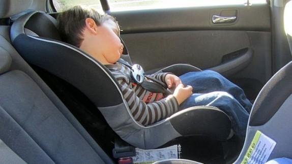 Esta es la nueva normativa para transportar ni os multas for Silla de bebe para auto