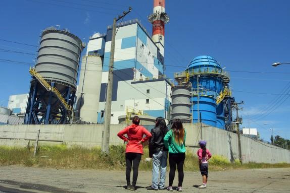 Vecinos se manifiestan en una chimenea de la central  Bocamina II, en Coronel