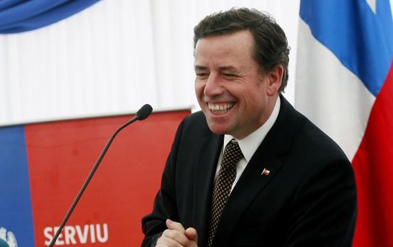 El ministro de Vivienda, Rodrigo Pérez, junto a  Pablo Zalaquett, entregan  subsidios en la población Gabriel González Videla.
