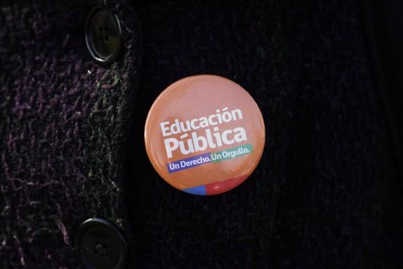 Chapitas de profesores en la Marcha Nacional por una nueva Carrera Docente