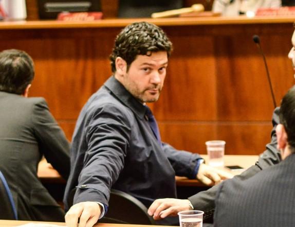 28 JULIO de 2015/ SANTIAGO El abogado Cristian Muga en lectura del fallo de caso farmacias en Centro de Justicia. FOTO: PABLO ROJAS MADARIAGA/AGENCIAUNO