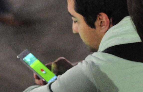 9 de Agosto del 2016 / SANTIAGO Una decena de personas juegan Pokemon Go, en la plaza de la ciudadanía, frente al palacio de la Moneda. En la imagen, un hombre buscando un pokemon. FOTO: SEBASTIAN BELTRAN GAETE / AGENCIAUNO