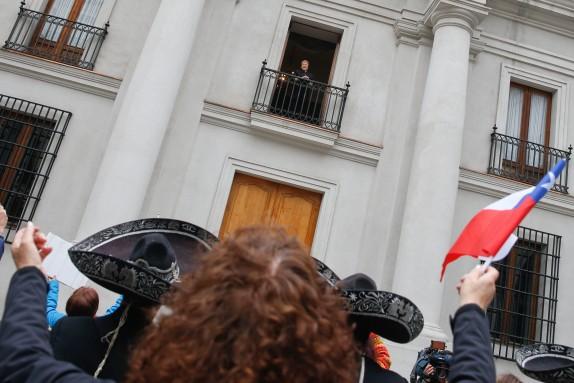 El grupo Michelle Estamos Contigo le cantan el cumpleaños feliz  a la Presidenta de la Republica en el Patio de los Cañones