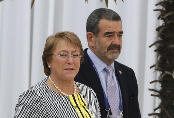 """6 de Mayo de 2014/SANTIAGO La Presidenta de la República, Michelle Bachelet(i) es recibida por Andrónico Luksic Craig(d)a su llegada al almuerzo que se realizo en el Hotel Hyatt, en el marco del """"Segundo Encuentro del Consejo Consultivo Empresarial de la APEC 2014"""". FOTO: RODRIGO SÁENZ C/AGENCIAUNO"""