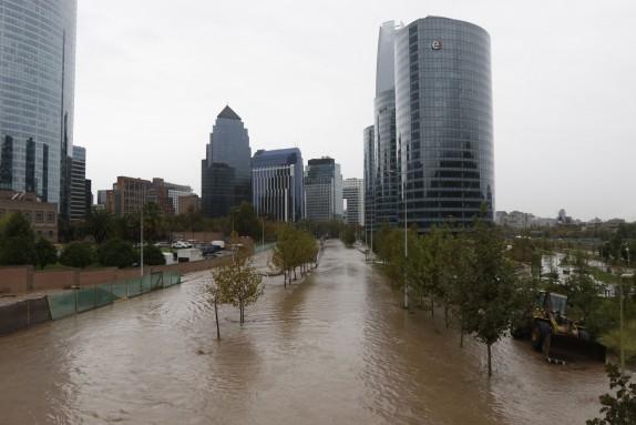 Desborde de Rio Mapocho en sector Perez Zujovic