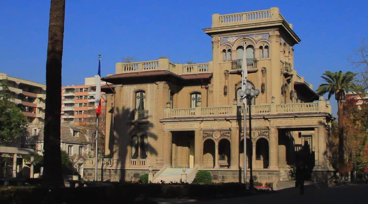 Concejales piden a Matthei que desista de nombrar a director jurídico con conflictos de interés