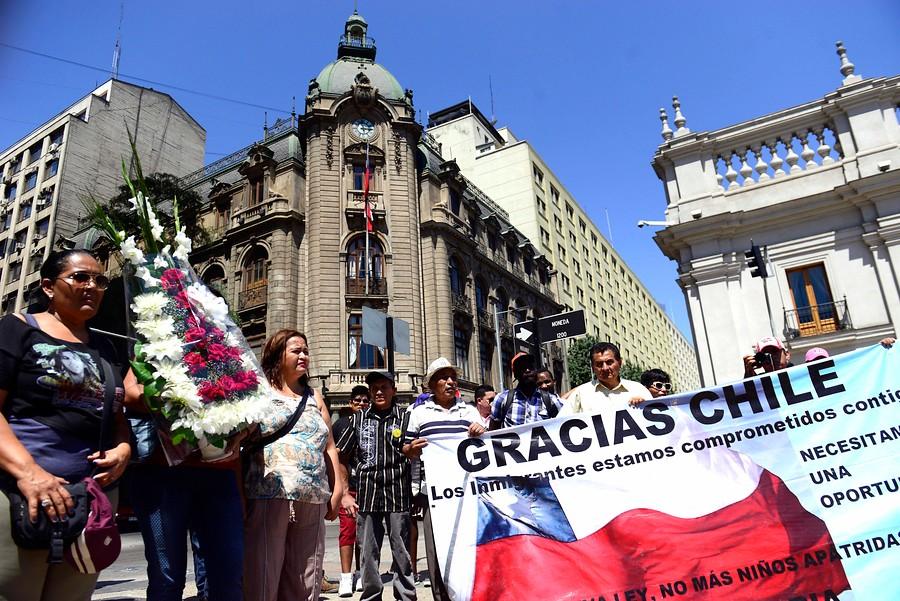 Diputado UDI propone pedir contrato de trabajo a inmigrantes para poder ingresar a Chile