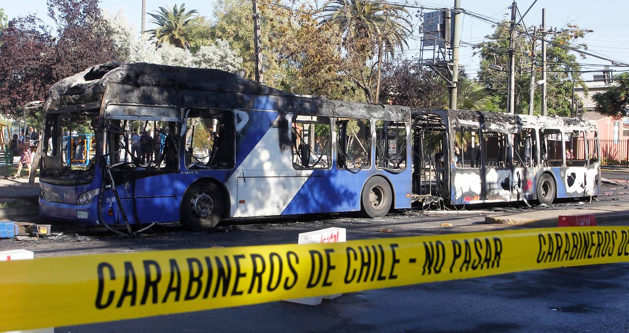 Aleuy confirma quema de cuatro buses y 27 barricadas en todo Chile: adelanta que se interpondrán querellas