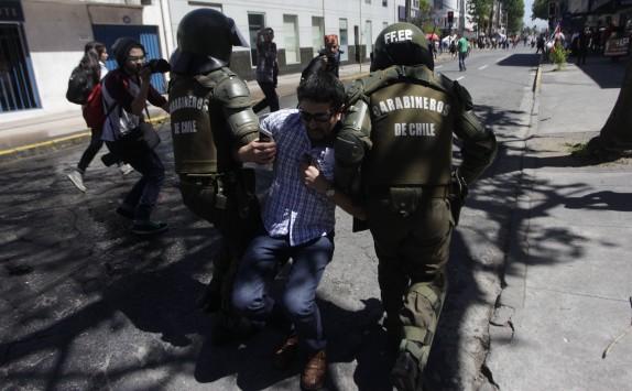 04 Noviembre 2016/CONCEPCION Carabinero detiene a un manifestante, durante la marcha contra el sistema de AFP, la cual se llevo a cabo por el centro de la cuidad FOTO:JUAN GONZALEZ/AGENCIAUNO