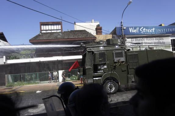 04 Noviembre 2016/CONCEPCION El carro lanza aguas, durante la marcha contra el sistema de AFP, la cual se llevo a cabo por el centro de la cuidad FOTO:JUAN GONZALEZ/AGENCIAUNO