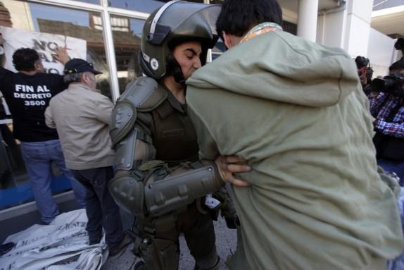 04 Noviembre 2016/CONCEPCION Fuerzas especiales de carabinero se enfrenta con manifestantes a un costado de una afp, durante la marcha contra el sistema de AFP, la cual se llevo a cabo por el centro de la cuidad FOTO:JUAN GONZALEZ/AGENCIAUNO