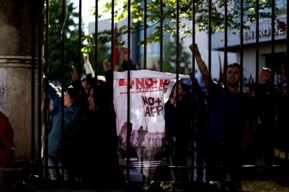 04 Noviembre 2016/CONCEPCION Trabajadores de hospital regional muestran un cartel, durante la marcha contra el sistema de AFP, la cual se llevo a cabo por el centro de la cuidad FOTO:JUAN GONZALEZ/AGENCIAUNO