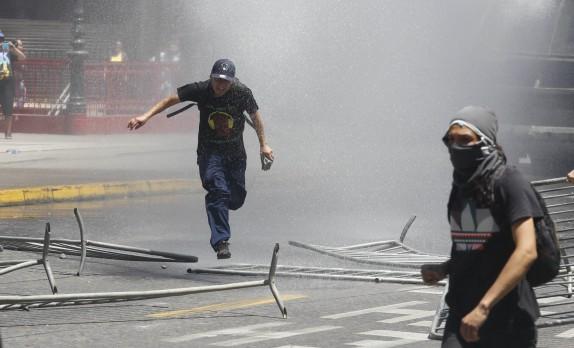 4 de Noviembre del 2016/SANTIAGO Violentos disturbios y enfrentamientos se producen en parte de la alameda, durante la marcha no autorizada encontra de las AFP. FOTO:RODRIGO SAENZ/AGENCIAUNO