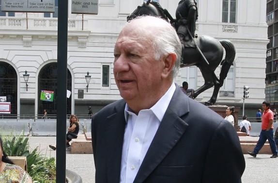 Ricardo Lagos Escobar llega hasta la plaza de Armas de Santiago y realiza punto de prensa
