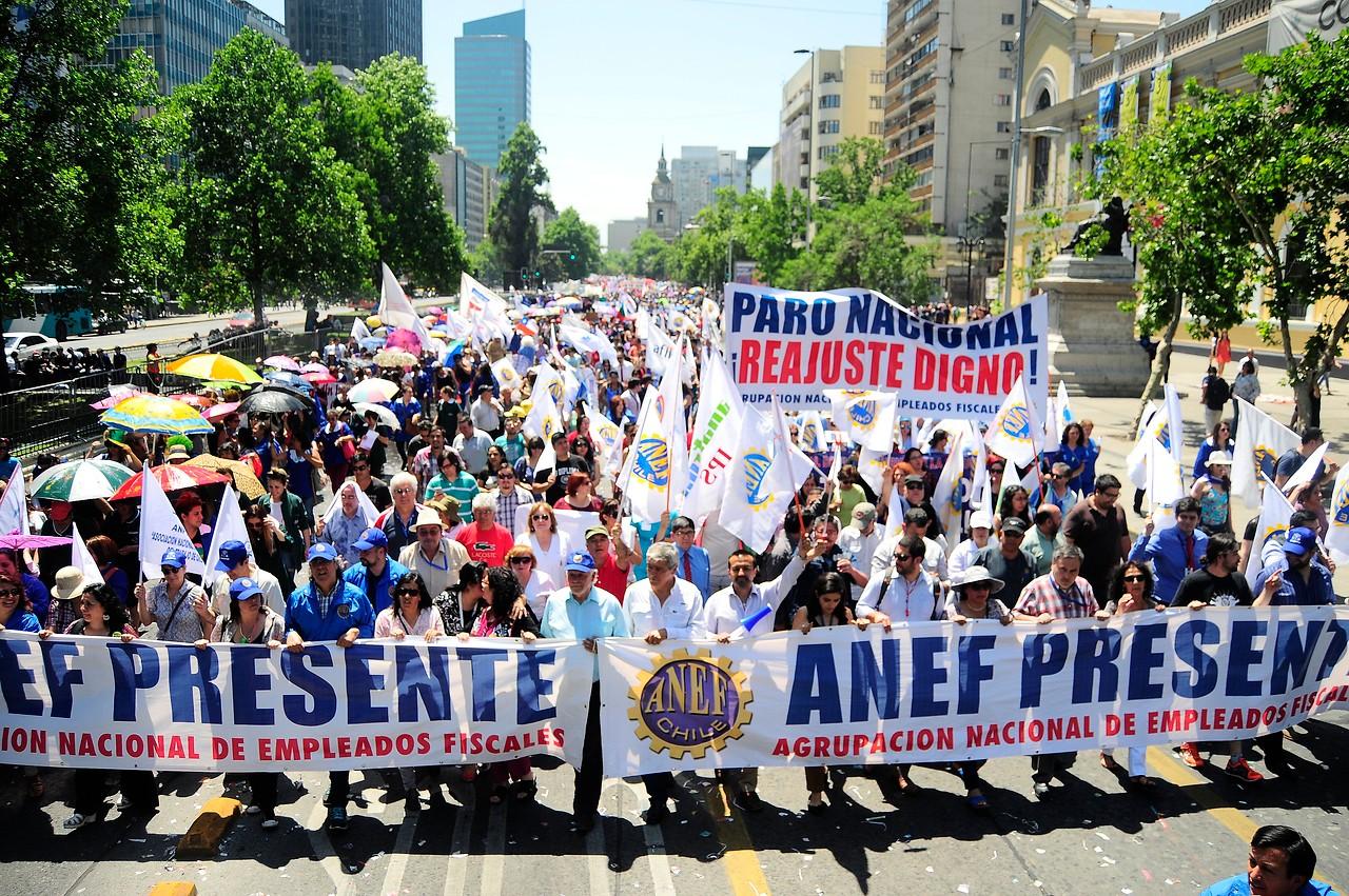 Trabajadores marchan por la Alameda exigiendo un mayor reajuste en el sector público
