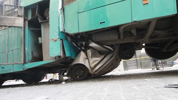 Choque entre dos buses del Transantiago y un vehiculo particular deja hasta ahora un muerto