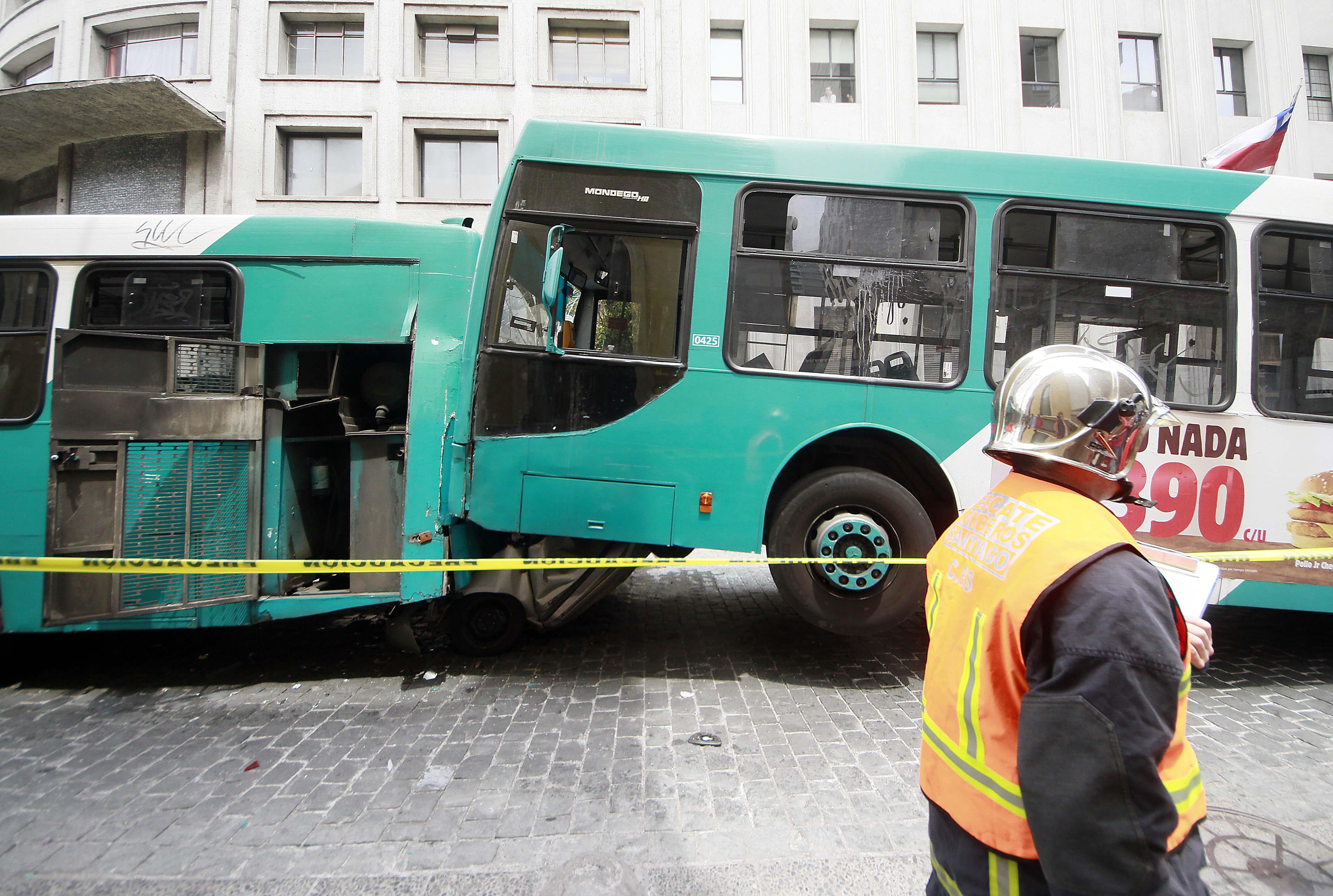 FOTOS |Completamente despedazado quedó automóvil tras choque entre dos micros