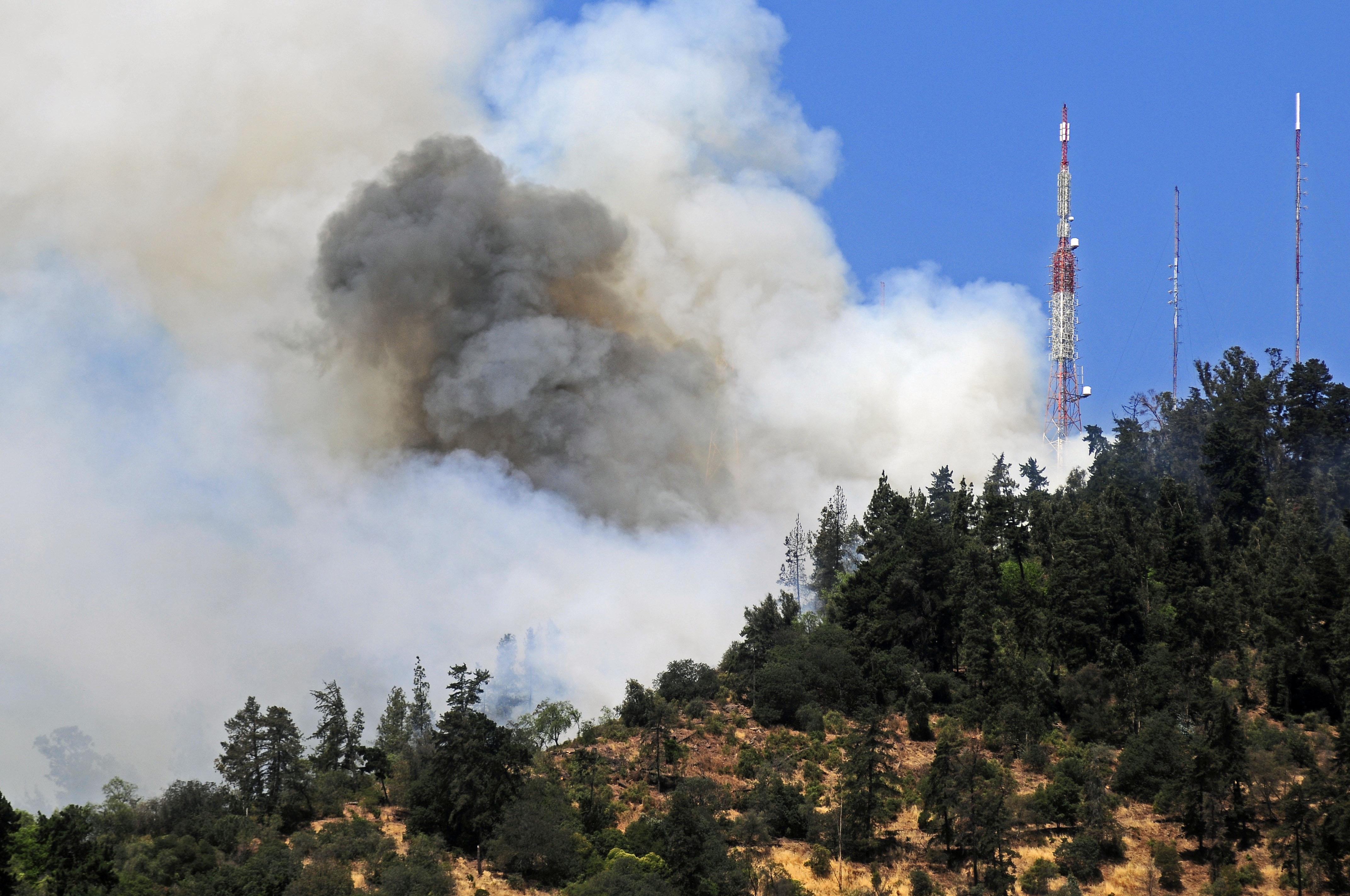 FOTOS |Incendio en el cerro San Cristóbal provoca gigantesca nube de humo
