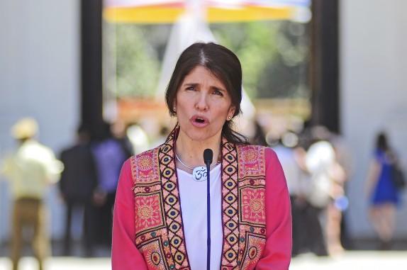 Ministra Paula Narvaez se refiere a la inasistencia de la presidenta en los funerales de Fidel Castro
