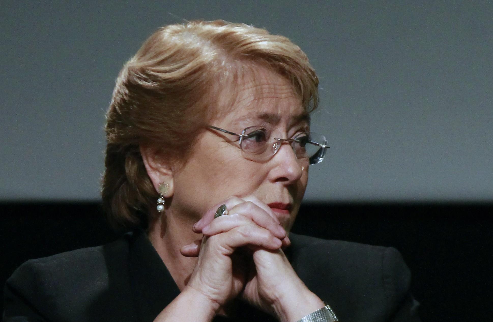 """Bachelet se une al debate por inmigración: Chile debe seguir siendo un país """"abierto y acogedor"""""""