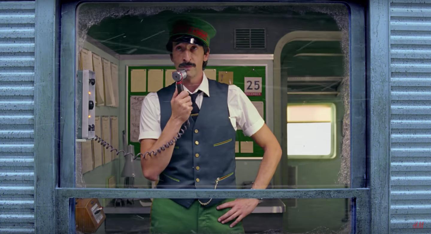 VIDEO | Wes Anderson dirige campaña de navidad de H&M muy al estilo de… Wes Anderson