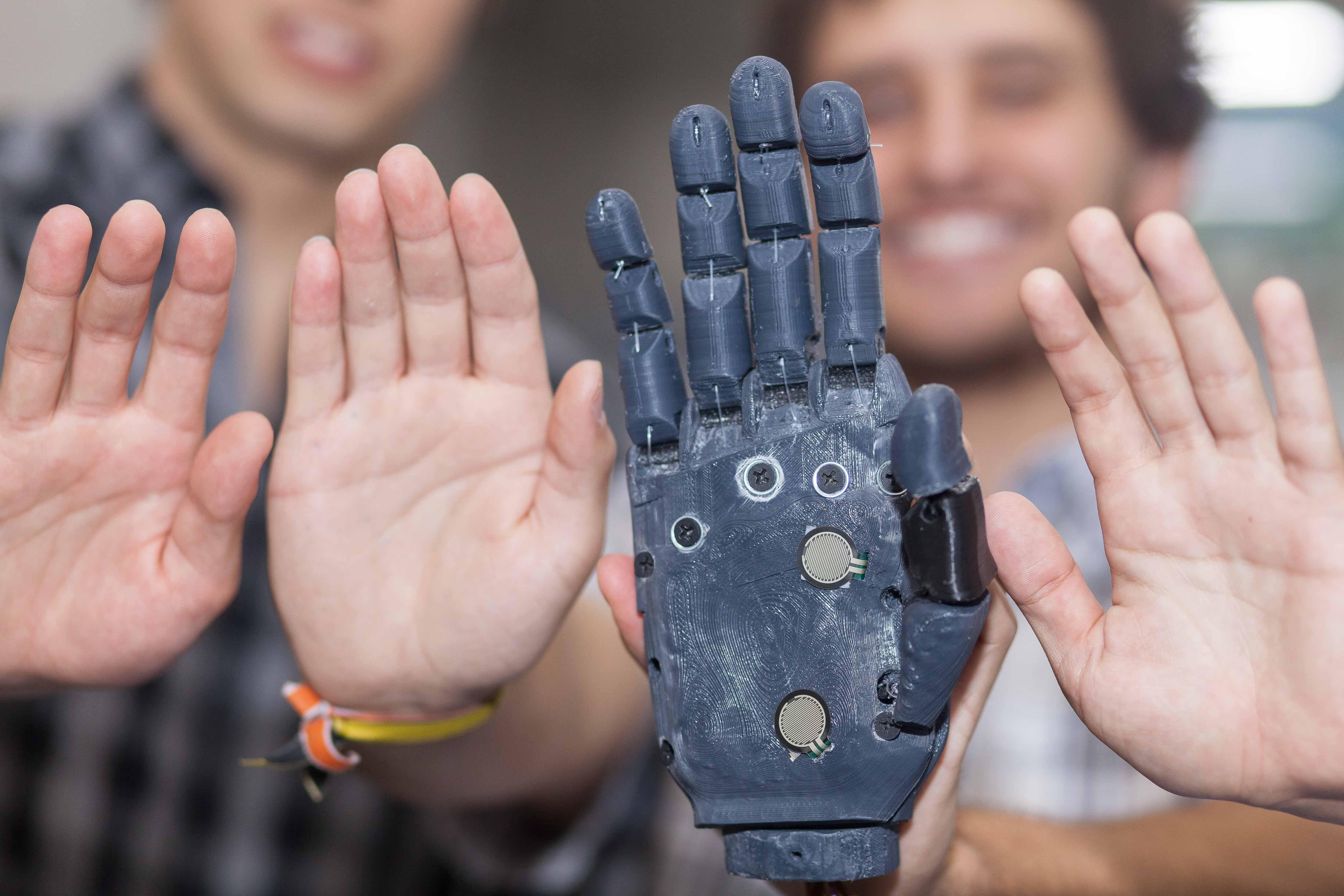 Futuros ingenieros chilenos fabrican la primera mano robótica impresa en 3D del país