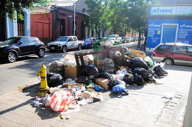 Decretan alerta sanitaria en la Región Metropolitana por basura en las calles