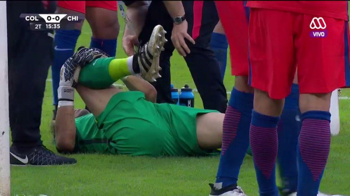 VIDEO   El choque con el rival que terminó sacando a Claudio Bravo del partido ante Colombia