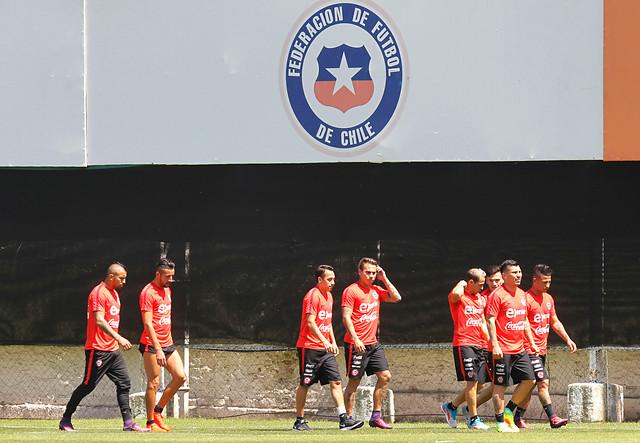 Los nueve jugadores de la Roja que están a solo una tarjeta de quedar suspendidos para el duelo con Uruguay