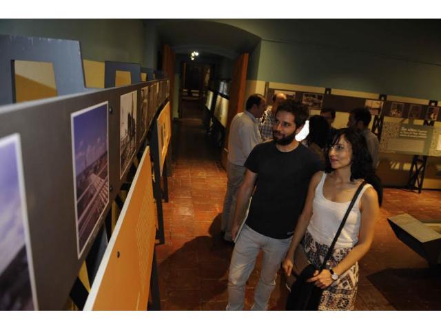 """Exposición de fotos muestra la """"era dorada"""" de Magallanes en los inicios de la extracción del petróleo"""