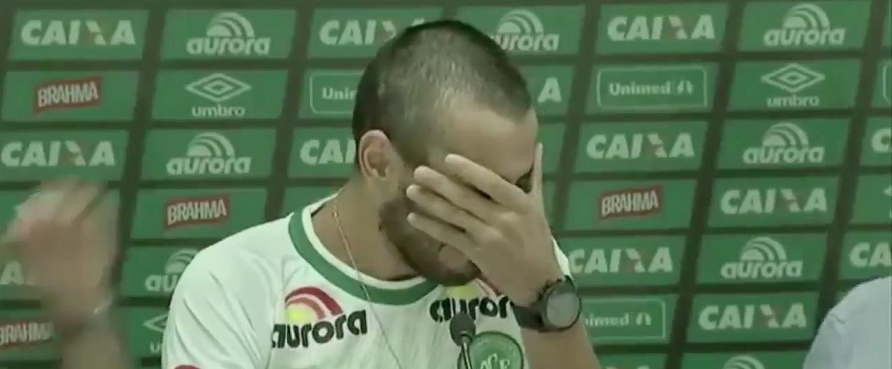 VIDEO | El desconsolado llanto del jugador que sobrevivió a la tragedia y regresó al estadio del Chapecoense