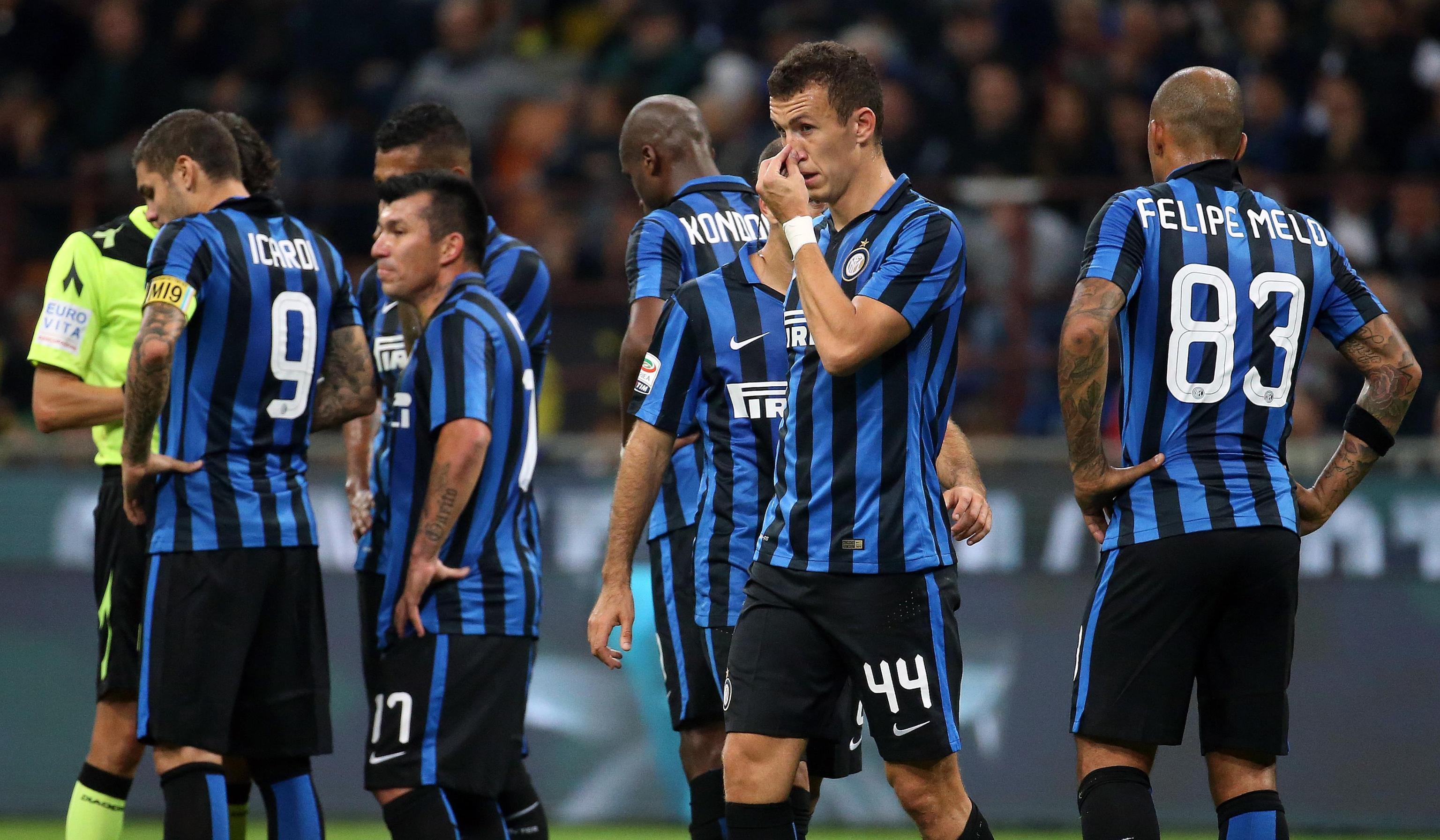 El lienzo con el que los hinchas del Inter reventaron a Gary Medel y sus compañeros por magra campaña