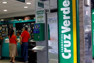 Cruz Verde recibe millonaria multa por vender medicamentos con sobreprecio en Colombia