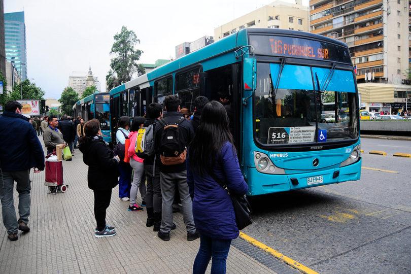 """Por qué el proyecto de """"tarifa 0"""" para el Transantiago puede provocar mayor saturación del sistema"""