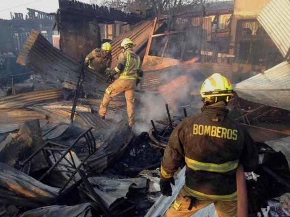 02 de Enero del 2017/VALPARAISO Un gran incendio afecto las casas del sector Laguna Verde en Valparaiso. FOTO: SANTIAGO MORALES/AGENCIAUNO