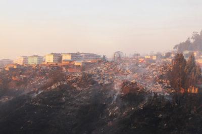 FOTOS |Veinte imágenes que grafican lo devastador del incendio en Valparaíso