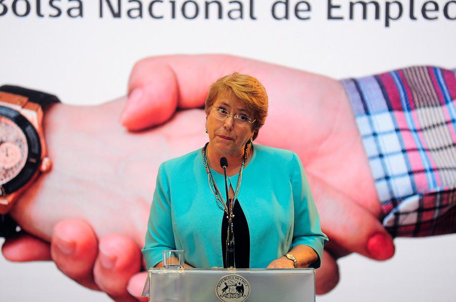 """Bachelet: sistema de pensiones es """"inviable"""" para demandas de adultos mayores"""